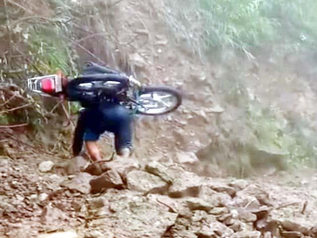 जब भू-स्खलन से बंद हुई सड़क तो 'बाहुबली' ने पीठ पर उठा ली बाइक