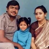 रिमी सेन बचपन में अपने माता पिता के साथ