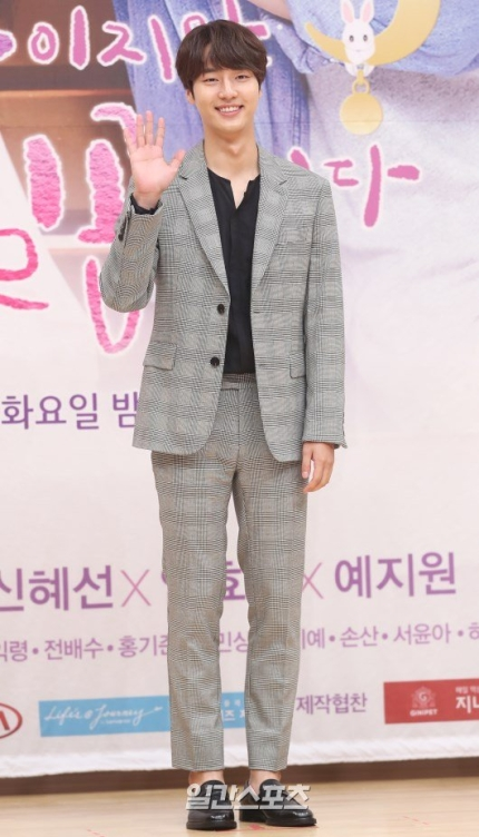 Actor Yang Sejong announced that he will joins the military on May 12th.