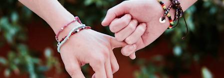 due mani che si uniscono
