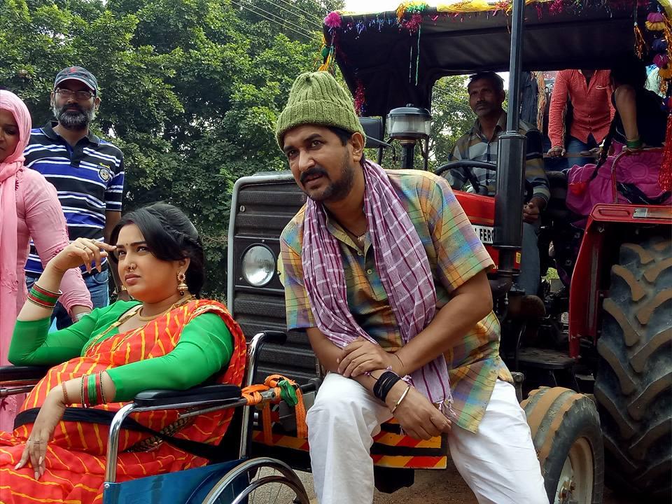 Amrapali Dubey, Sanjay Pandey ON Set Nirahua Hindustani 2 pics