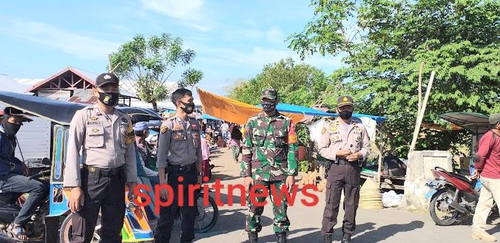 Wakapolsek Pimpin Personil Polsek Marbo Menghimbau Agar Masyarakat Jaga Jarak (Psical Distancing) Di Pasar Jonggoa