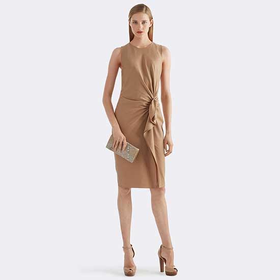 a92a6f3649c76 Kolsuz, drapeli, yandan fırfırlı bir camel rengi elbise ile başlıyorum  programıma. Boyu diz kapağının üstünde olan elbise kendi renginde topuklu  ayakkabılar ...