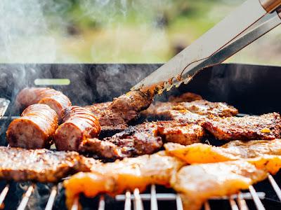Barbeque Party di Puncak sangat cocok untuk menghangatkan suasana dalam dinginnya malam liburan di Puncak