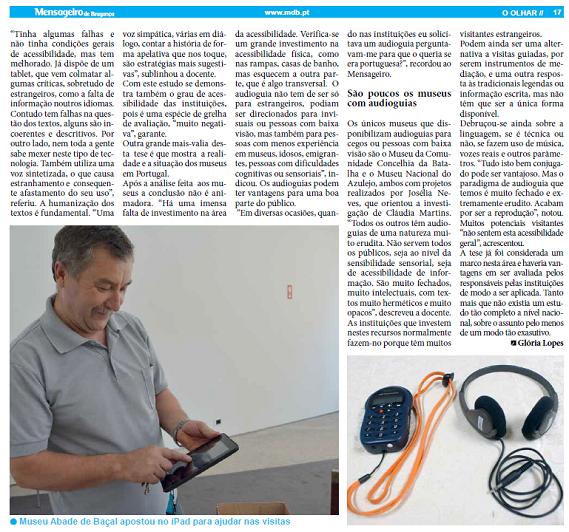 Homem manipulando audioguias em museus