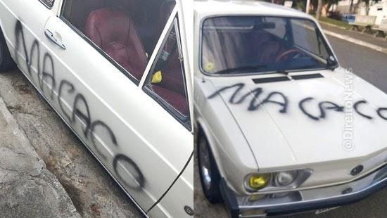 homem carro pichado macaco injuria racial