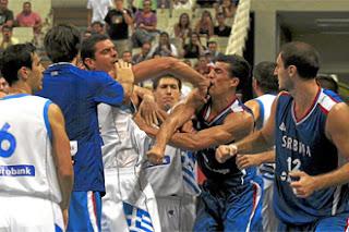 smešna slika: Košarkaška tuča na utakmici između Grčke i Srbije