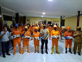 Peringati HUT Kota Makassar, Kapolres Pelabuhan Berikan Bansos ke Petugas Kebersihan