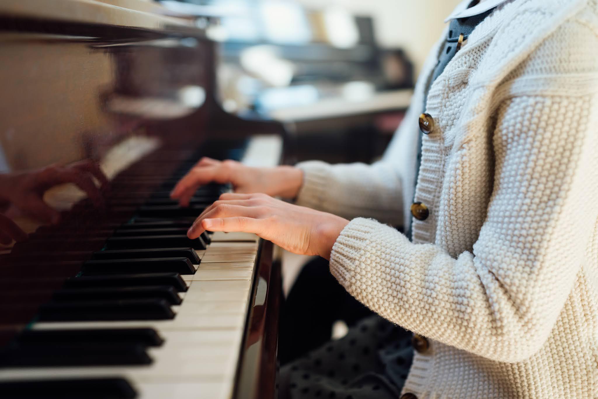 الموسيقى والعزف على البيانو يدعم اللياقة الذهنية عند الكبار