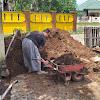 Jalin Keakraban, Bhabinkamtibmas Banyuanyara Bantu Warga Angkat Timbunan