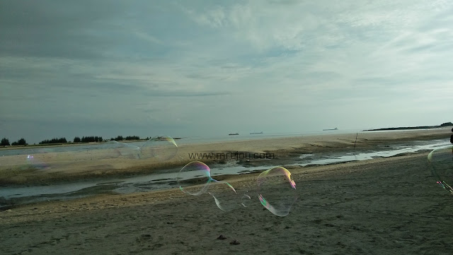 Main buih sabun di Pantai klebang, Melaka