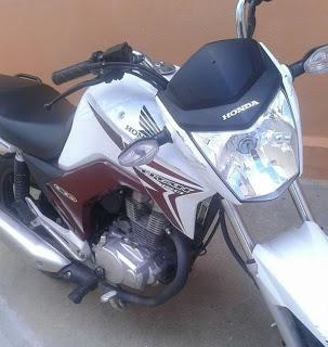 Homem tem motocicleta tomada