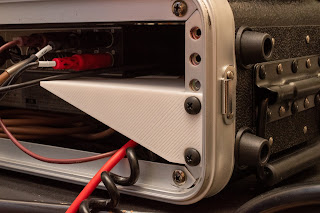 CPA02S は前面だけでなく背面にもラックレールを備えている