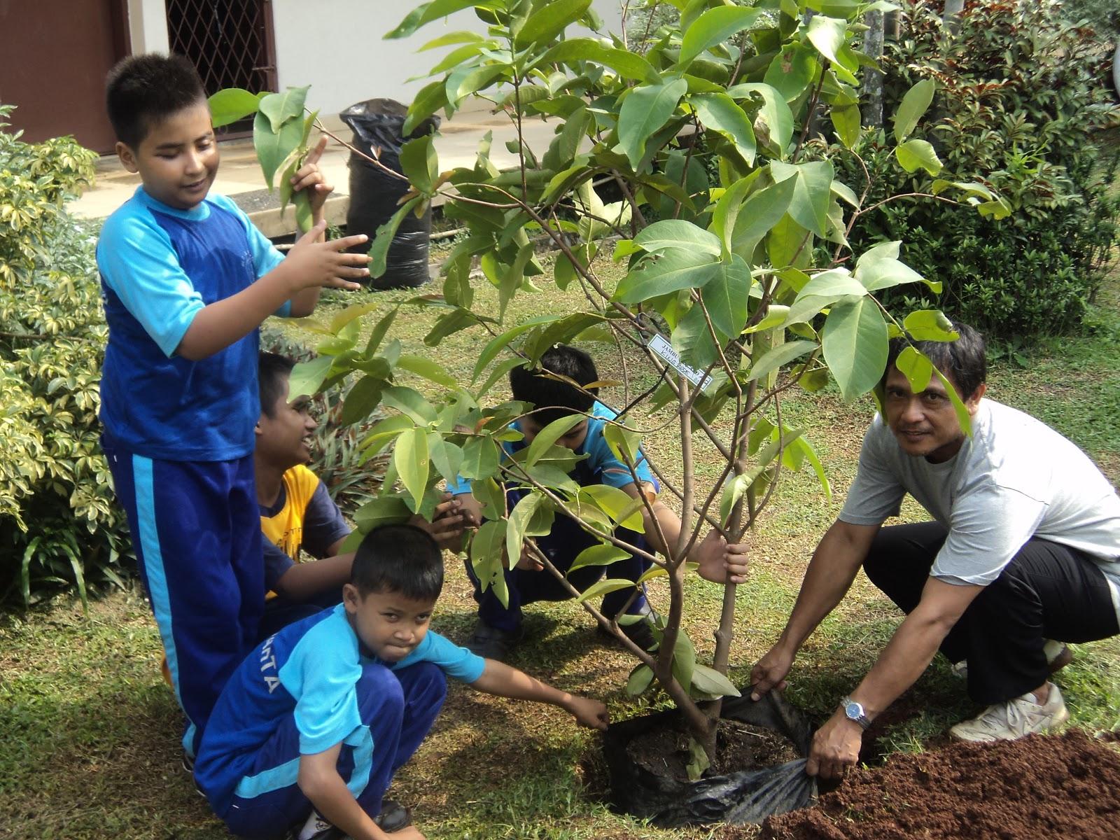 Orientasi Mobilitas Untuk Tunanetra Strategi Pembelajaran Bagi Anak Berkebutuhan Khusus Siswa Slb Pembina Menanam Pohon Trimurjoko