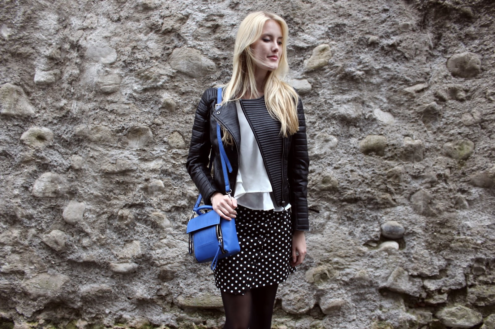 TheBlondeLion outfit Sassyclassy Bleistiftrock Punkte dots blue trapeze bag