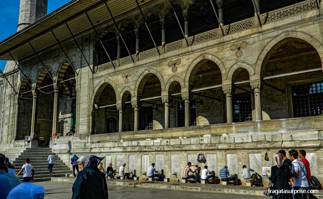 Fiéis muçulmanos se lavam na fonte da Mesquita Nova, em Istambul