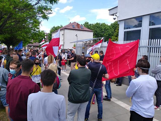 У посольства Беларуси в Варшаве прошла акция солидарности с белорусскими политзаключенными