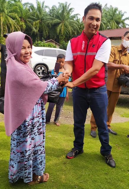 Dedi Lesmana bersama Kader PDI Perjuangtan dan Tim BAGUNA Memberikan Bantuan kepada Korban Banjir di Kinali