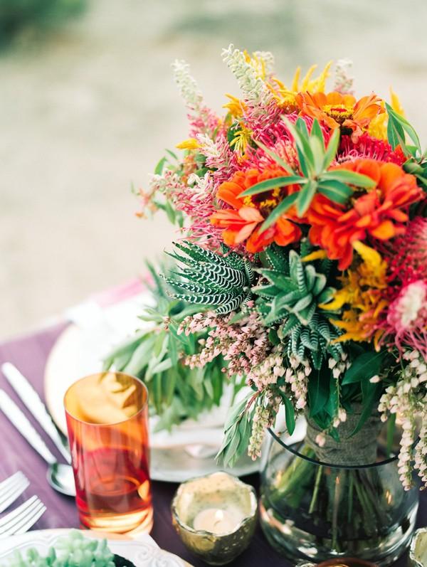 decorar la mesa con detalle floral colorista  chicanddeco