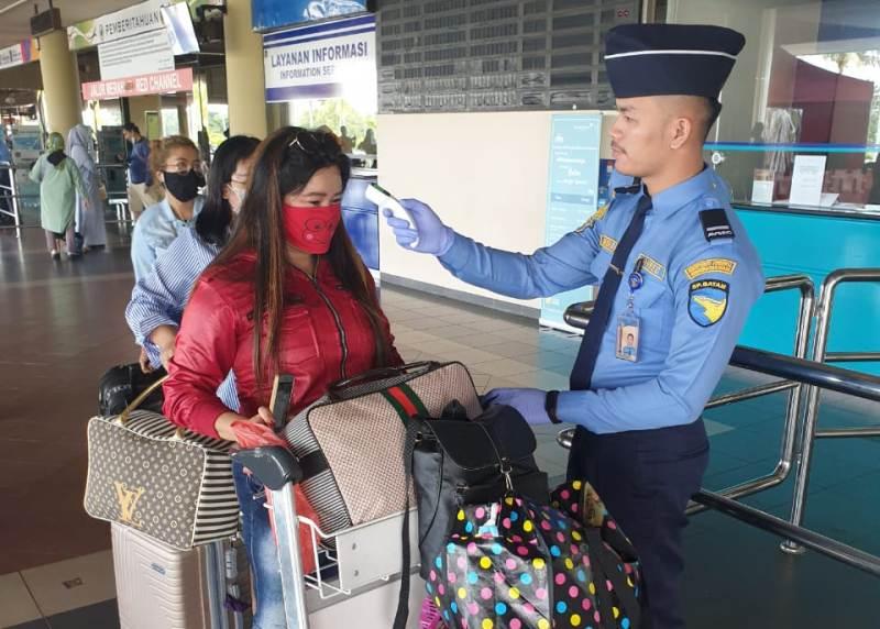 Pengecekan Suhu Tubuh di Bandara Hang Nadim Batam Terus Dilakukan