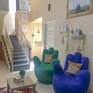penataan tangga di depan ruang keluarga