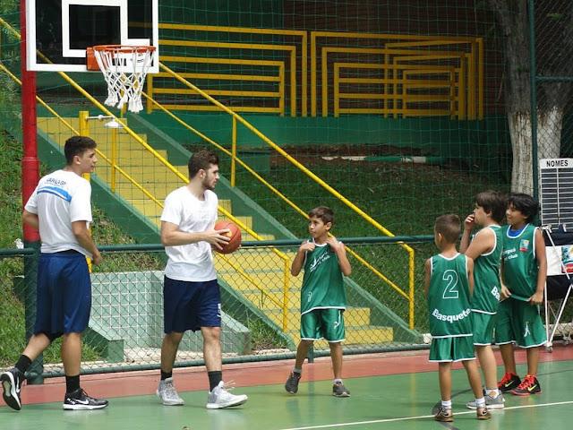 Atletas da base do Minas instruem nas clínicas [Divulgação/BPV]