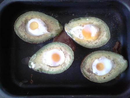 Ouă de prepeliță în avocado