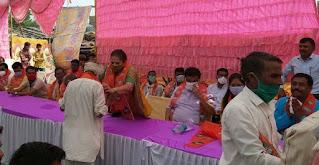 नेपानगर विधानसभा के हसनपुरा में मंत्री विजय शाह एवं पूर्व मंत्री अर्चना चिटनिस ने ग्रामीणों से किया जनसंवाद