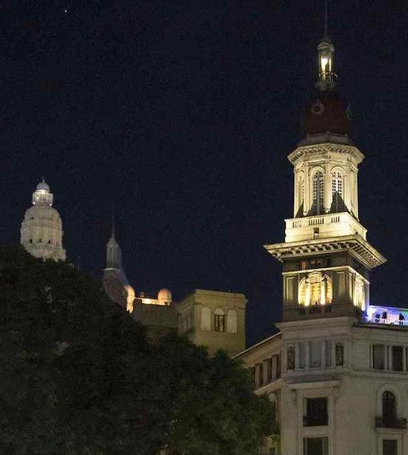 Nas noites, as cúpulas de Buenos Aires dão um espetáculo muito procurado