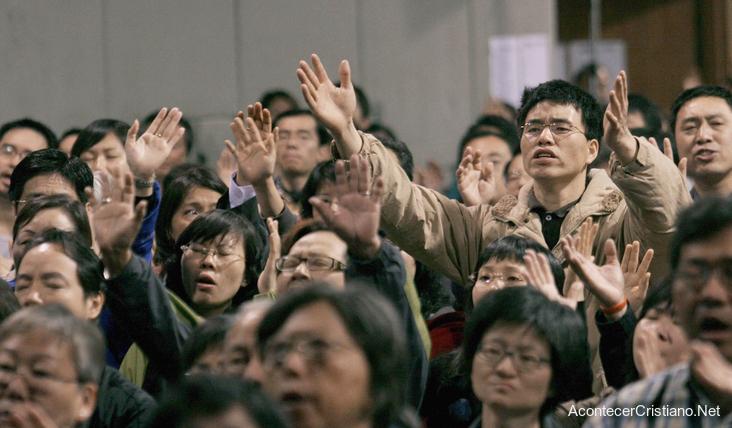 Cristianos chinos adorando