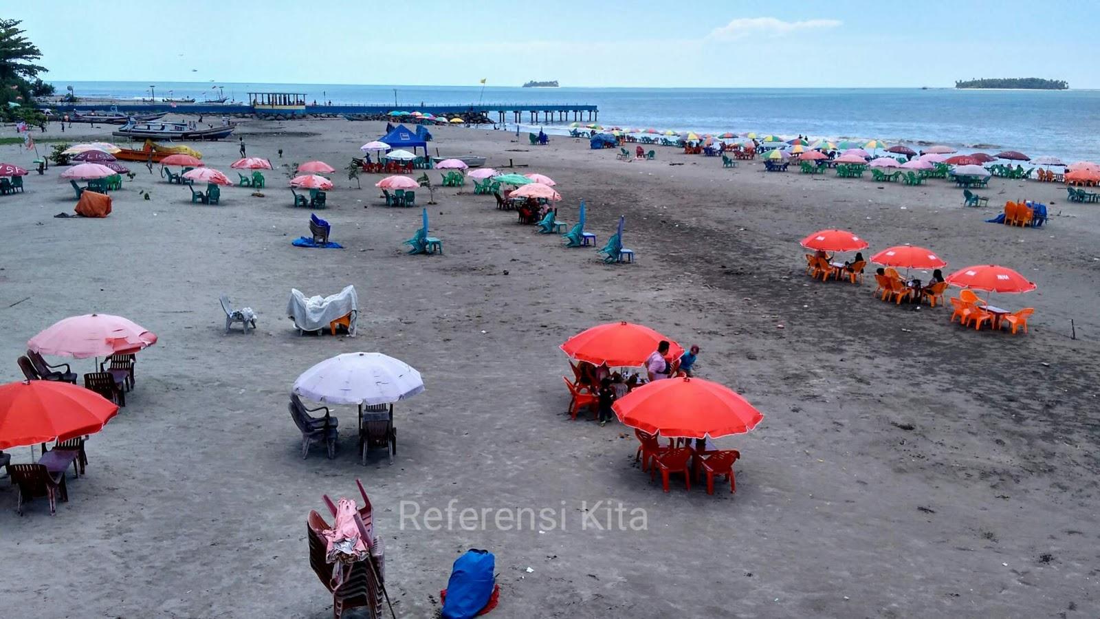 Untuk menikmati kuliner di Pantai Gandoriah bisa menggunakan payung untuk berteduh