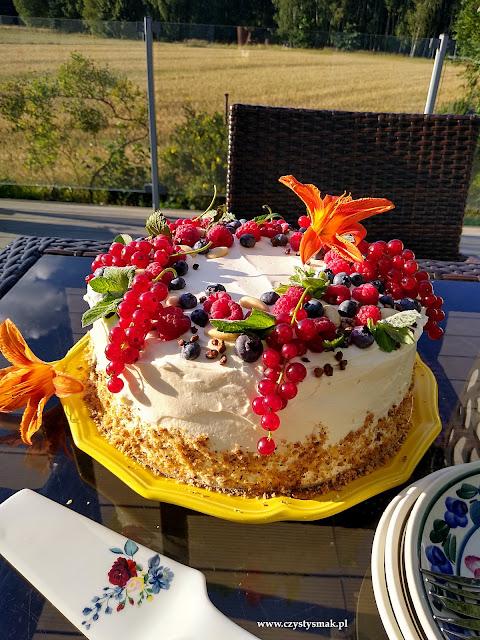 Tort z czerwoną porzeczką, malinami i borówką