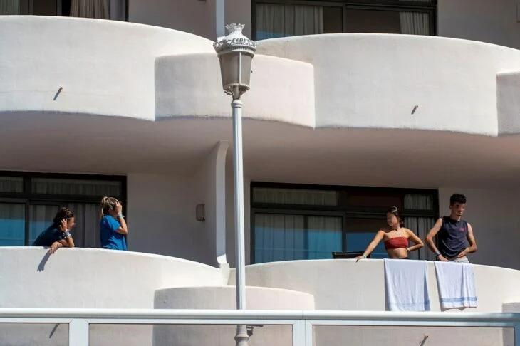 Macrobrote de jóvenes en España los recluyen en hotel