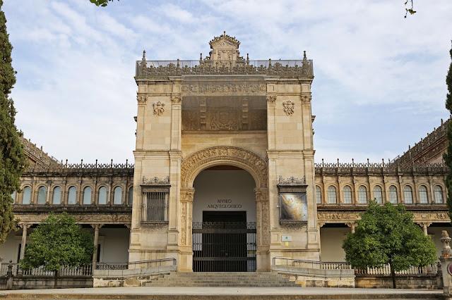 Puerta principal del Museo arqueológico de Sevilla