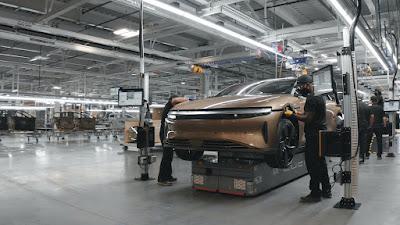 جولة الرئيس التنفيذي للوسيد موتوز في مصنع إنتاج سيارات لوسيد إير