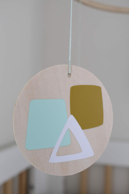 OMG this DIY Modern Geometric Baby Mobile is a must see!