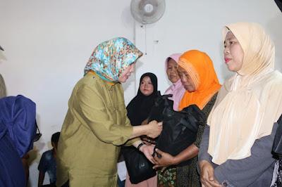 Gubernur Bantu Korban Tsunami Pulau Legundi