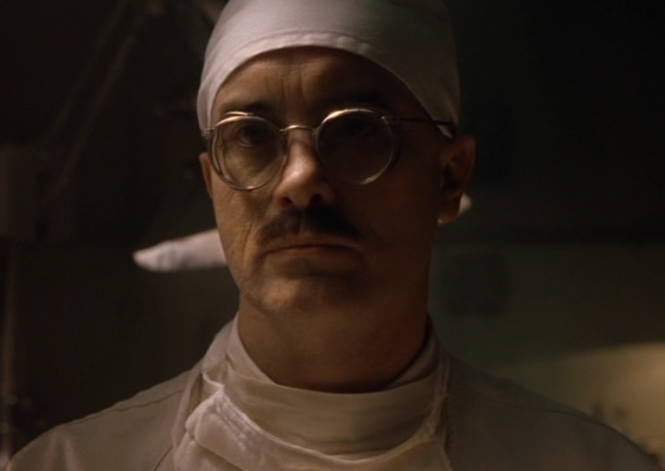 Jeffrey Combs as Dr. Vannacutt in House On Haunted Hill (1999)