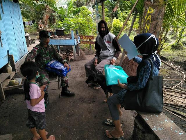 Gandeng Puskesmas Pembantu,  Prajurit Yonif 125 Bagikan Kelambu Anti Nyamuk Kepada Warga Perbatasan