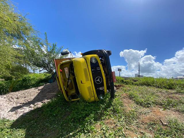 Caminhão quebra barra de direção, tomba e motorista fica ferido