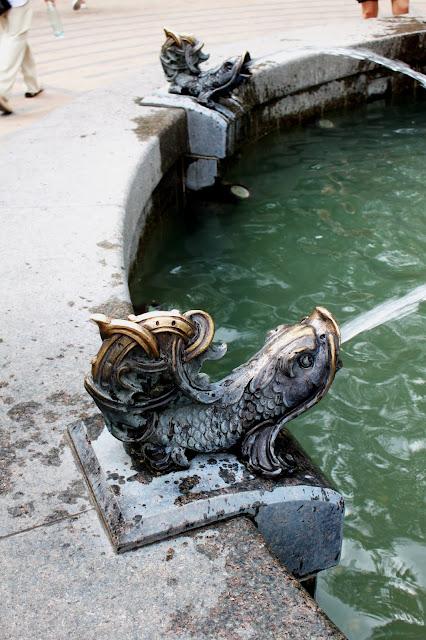 Рыбы на фонтане