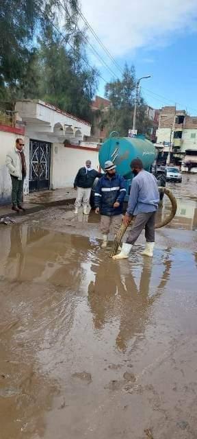 شوارع المحافظة تشهد تكثيف لأعمال كسح مياه الأمطار وإزالة آثاره بعد التعرض لموجه لطقس السيئ وسقوط الأمطار الغزيرة