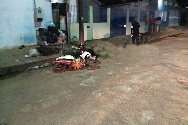 FUGA : Motociclista foge de acidente e morre ao ser atropelado por carro em cruzamento