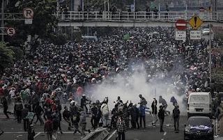 Dihalau Polisi, Buruh Teriak: Besok dari Utara hingga Selatan, Kita Kepung Istana!