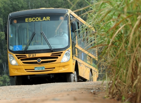 """Assaltante dispara contra ônibus com quase 40 estudantes: """"momento de terror"""""""