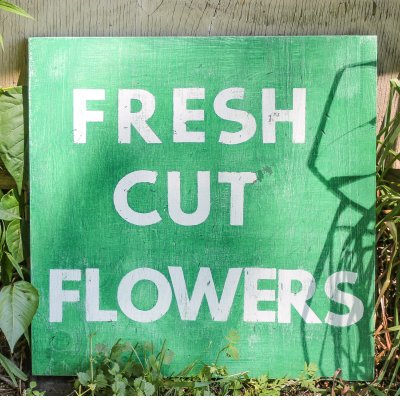 Making a vintage inspired 'fresh cut flowers' sign | On The Creek Blog