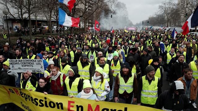 """Macron: """"Yo también soy un 'chaleco amarillo' si esto significa querer que el trabajo se pague mejor"""""""