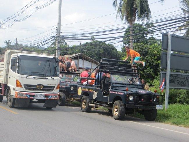Туристы садятся в туристический пикап