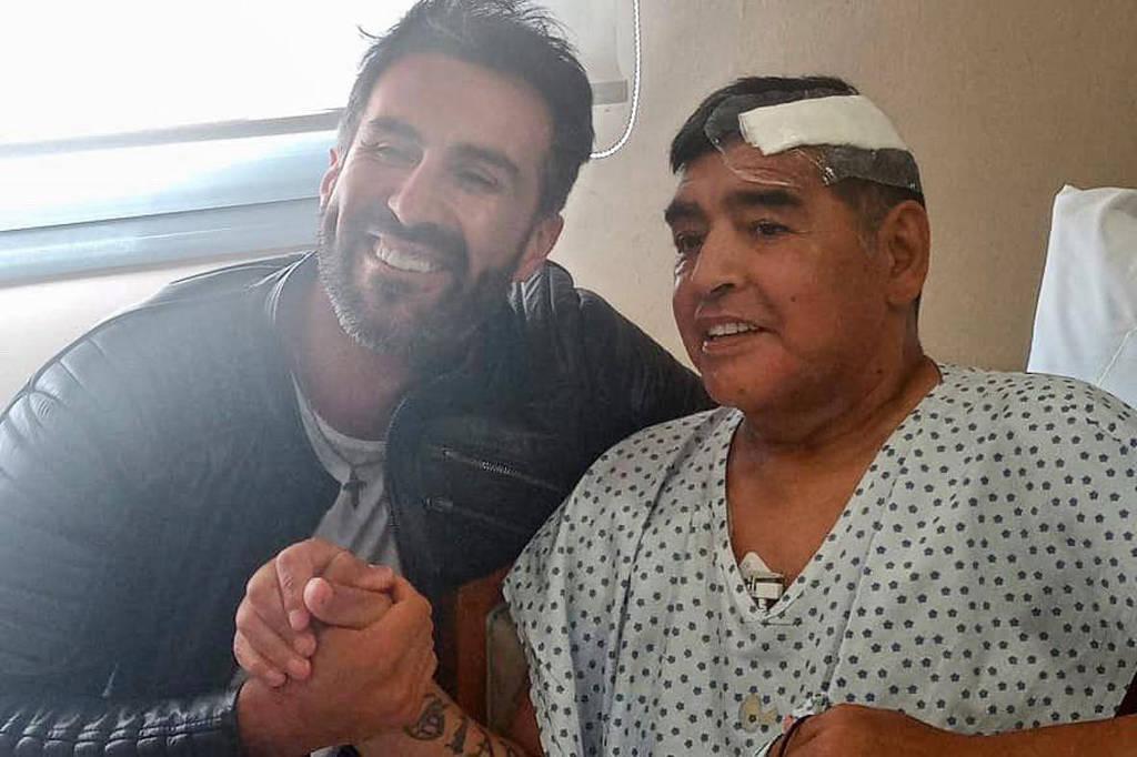 Última foto pública e vivo de Maradona provoca polêmica entre médico e familiares