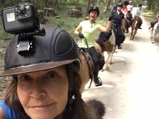 riitta reissaa ja ratsastusporukka loiren laaksossa
